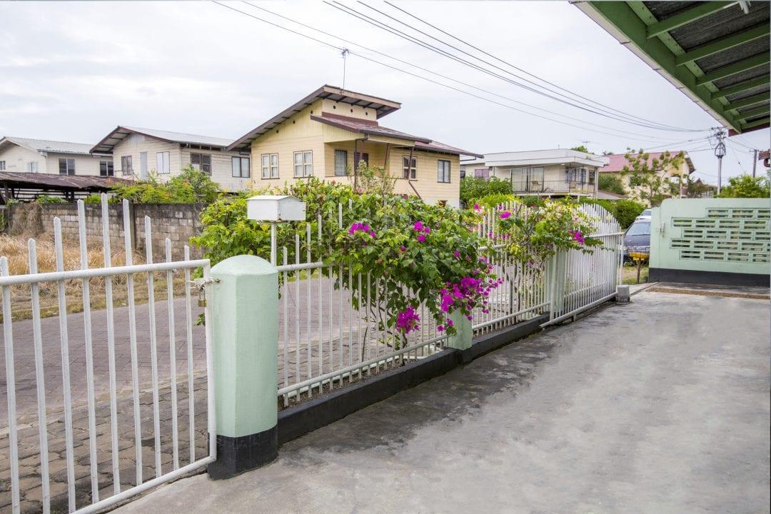 Vakantiehuis Suriname Straat zicht